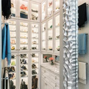 Imagen de vestidor de mujer, actual, con armarios tipo vitrina, puertas de armario blancas y suelo de baldosas de porcelana