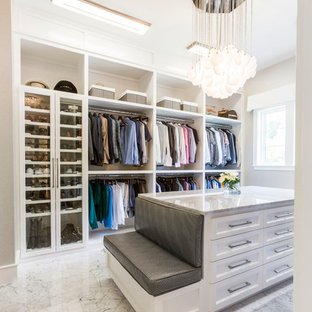Cette photo montre un dressing room chic neutre avec un placard à porte shaker, des portes de placard blanches et un sol gris.