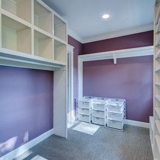 Cette photo montre un grand dressing chic neutre avec un placard sans porte, des portes de placard blanches, moquette et un sol beige.