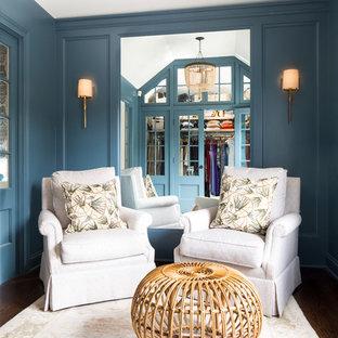 Idéer för ett mellanstort klassiskt walk-in-closet för kvinnor, med luckor med infälld panel, blå skåp och mellanmörkt trägolv