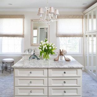 Ejemplo de vestidor de mujer, tradicional renovado, grande, con puertas de armario blancas, moqueta y suelo gris