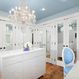 Inspiration för klassiska omklädningsrum, med vita skåp och mellanmörkt trägolv