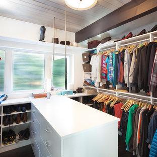 Cette photo montre un dressing rétro avec un placard à porte plane et des portes de placard blanches.