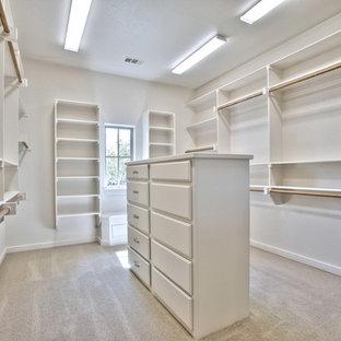 Foto de armario vestidor unisex, clásico renovado, extra grande, con armarios abiertos, puertas de armario blancas y moqueta
