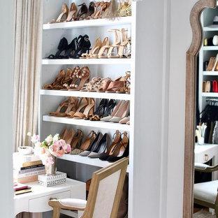 Ejemplo de armario vestidor de mujer, bohemio, con puertas de armario grises