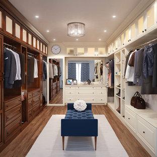 Idee per una grande cabina armadio unisex tradizionale con ante a filo, ante bianche, pavimento in legno massello medio e pavimento marrone