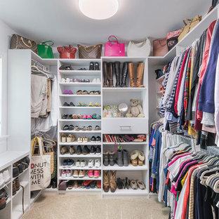 Diseño de armario vestidor unisex, ecléctico, con armarios con paneles lisos, puertas de armario blancas, moqueta y suelo beige