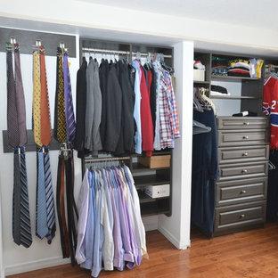 Foto di un piccolo armadio o armadio a muro per uomo minimal con ante con bugna sagomata, ante marroni e pavimento in legno massello medio