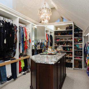 Modelo de armario vestidor de mujer, romántico, grande, con armarios abiertos, puertas de armario blancas, moqueta y suelo gris