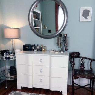 Imagen de vestidor de mujer, ecléctico, pequeño, con armarios con paneles con relieve, puertas de armario blancas, moqueta y suelo gris