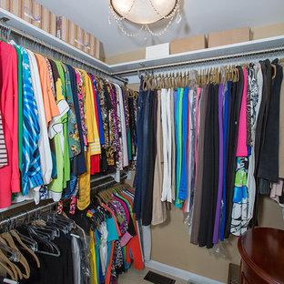 Foto de armario vestidor unisex, tradicional renovado, de tamaño medio, con armarios abiertos, suelo de baldosas de cerámica y suelo beige