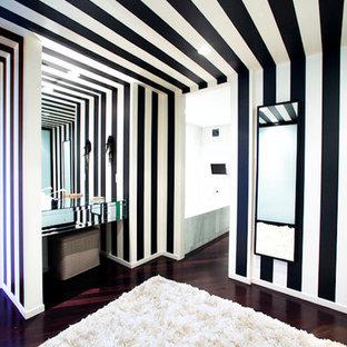 Imagen de vestidor unisex, bohemio, extra grande, con suelo de madera oscura