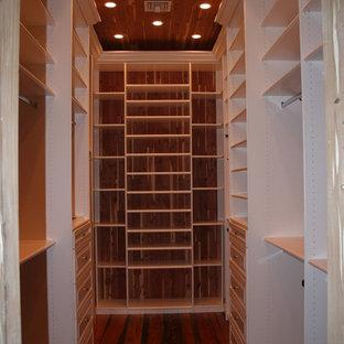 Inspiration för ett stort funkis walk-in-closet för könsneutrala, med öppna hyllor, vita skåp och mörkt trägolv