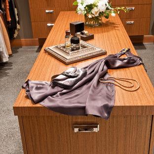 Foto de armario vestidor unisex, contemporáneo, de tamaño medio, con armarios con paneles lisos y puertas de armario de madera clara