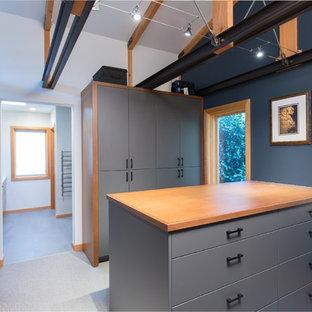 Foto de armario vestidor de estilo americano con armarios con paneles lisos, puertas de armario grises y suelo gris