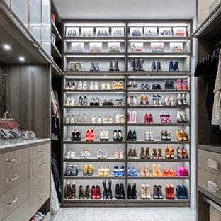 Großer Moderner Begehbarer Kleiderschrank mit offenen Schränken, Teppichboden und grauem Boden in New York