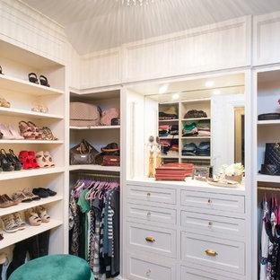 Ispirazione per una grande cabina armadio per donna classica con ante a filo, ante bianche, moquette e pavimento multicolore