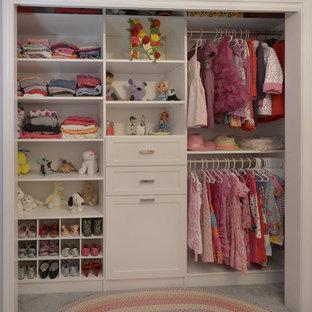 Imagen de armario de mujer, tradicional, de tamaño medio, con armarios abiertos, puertas de armario blancas, suelo de mármol y suelo beige