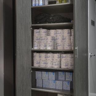 Foto de vestidor unisex, tradicional renovado, grande, con armarios con paneles lisos, puertas de armario grises, suelo de cemento y suelo beige