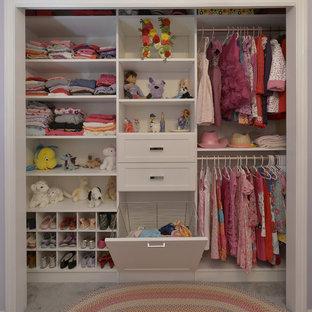Diseño de armario de mujer, clásico, de tamaño medio, con armarios abiertos, puertas de armario blancas, suelo de mármol y suelo beige