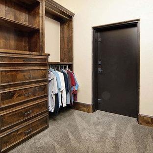 Idéer för att renovera ett stort rustikt walk-in-closet för könsneutrala, med luckor med infälld panel, skåp i mellenmörkt trä och heltäckningsmatta