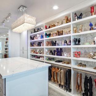Diseño de vestidor de mujer, contemporáneo, grande, con puertas de armario blancas, armarios abiertos y suelo gris