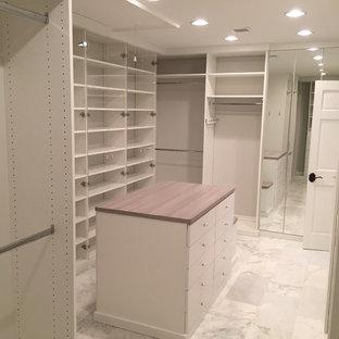 Diseño de armario unisex, tradicional renovado, grande, con puertas de armario blancas y suelo de mármol