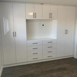 Idées déco pour une armoire encastrée neutre avec un placard à porte plane et des portes de placard blanches.