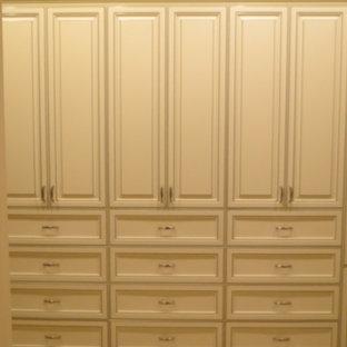 Ejemplo de armario vestidor unisex, romántico, grande, con armarios con paneles con relieve, puertas de armario blancas y moqueta