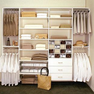 Foto de armario de hombre, tradicional, de tamaño medio, con armarios con paneles lisos, puertas de armario blancas y moqueta