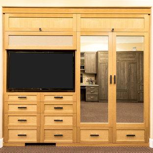 Modelo de armario unisex, tradicional renovado, pequeño, con armarios estilo shaker, puertas de armario de madera clara y moqueta