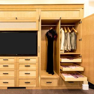 Foto de armario unisex, clásico renovado, pequeño, con armarios estilo shaker, puertas de armario de madera clara y moqueta
