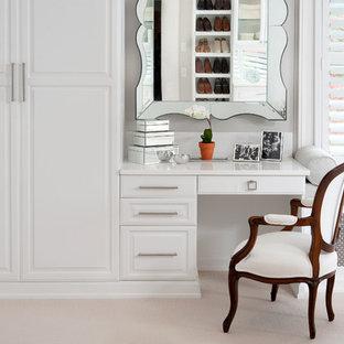 Modelo de vestidor unisex, contemporáneo, grande, con armarios con paneles empotrados, puertas de armario blancas y moqueta