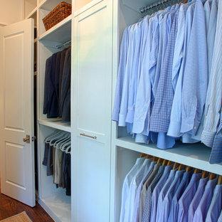 Idee per una cabina armadio per uomo classica di medie dimensioni con ante con riquadro incassato, ante bianche e pavimento in legno massello medio