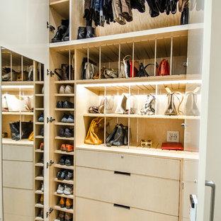Imagen de armario de mujer, actual, grande, con puertas de armario beige y armarios con paneles lisos