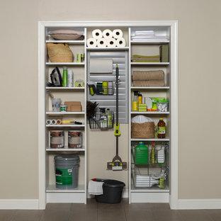 Ispirazione per piccoli armadi e cabine armadio moderni con ante bianche