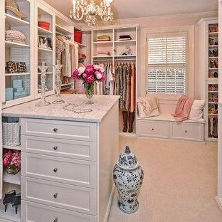フィラデルフィアの広い女性用シャビーシック調のおしゃれなウォークインクローゼット (シェーカースタイル扉のキャビネット、白いキャビネット、カーペット敷き、ベージュの床) の写真