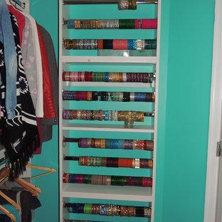 Diseño de armario vestidor de mujer, tradicional, pequeño, con armarios abiertos y puertas de armario blancas