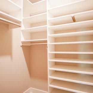 Ispirazione per una cabina armadio unisex industriale di medie dimensioni con ante con riquadro incassato, ante bianche, pavimento in vinile, pavimento marrone e soffitto in legno