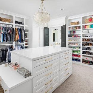 Idéer för stora vintage walk-in-closets för könsneutrala, med skåp i shakerstil, vita skåp, heltäckningsmatta och beiget golv