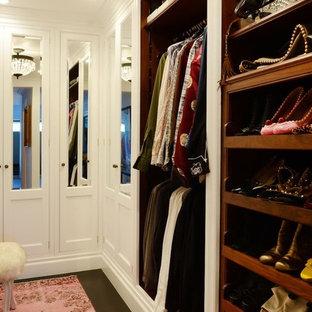 Ejemplo de armario vestidor unisex, bohemio, grande, con armarios con paneles con relieve, puertas de armario blancas, suelo de madera oscura y suelo marrón