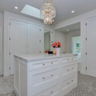 Esempio di un'ampia cabina armadio unisex minimal con ante in stile shaker, ante bianche, moquette e pavimento multicolore