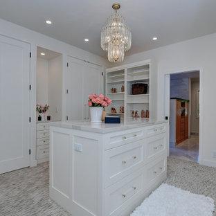 Idee per un'ampia cabina armadio unisex design con ante in stile shaker, ante bianche, moquette e pavimento multicolore