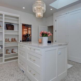 Idee per un'ampia cabina armadio unisex minimal con ante in stile shaker, ante bianche, moquette e pavimento multicolore