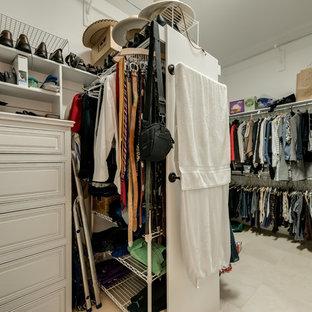 Großer, Neutraler Klassischer Begehbarer Kleiderschrank mit weißen Schränken, Schieferboden und beigem Boden in Dallas