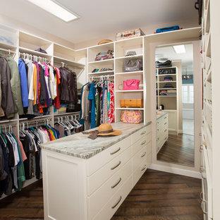 Foto på ett vintage omklädningsrum för könsneutrala, med öppna hyllor, vita skåp, mörkt trägolv och brunt golv