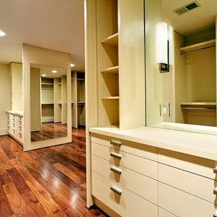 Imagen de armario vestidor unisex, tradicional renovado, extra grande, con armarios con paneles lisos, puertas de armario beige y suelo de madera en tonos medios