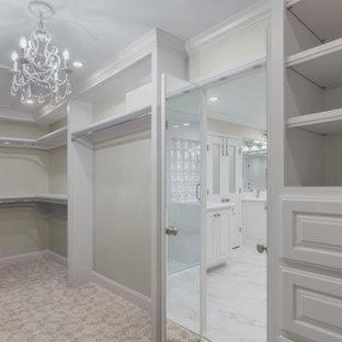 Esempio di una grande cabina armadio tradizionale con ante con bugna sagomata, ante bianche, moquette e pavimento beige