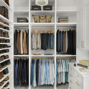 Diseño de vestidor de hombre, clásico, con armarios abiertos, puertas de armario blancas, moqueta y suelo gris