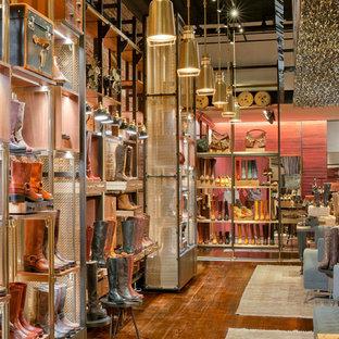 Diseño de armario y vestidor bohemio, extra grande, con suelo de madera oscura y suelo marrón